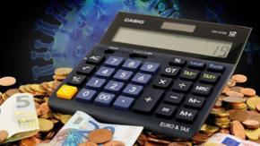 Vor dem Hintergrund eines stilisierten Corona-Virus ist ein Taschenrechner sowie Geld zu sehen.