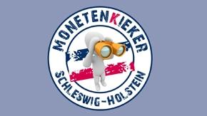 Ein weisses Männchen mit einem gelben Fernglas hinter einer blau-weiss-roten Fahne mit dem rundlaufenden Schriftzug Monetenkieker Schleswig-Holstein