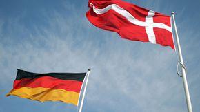 Die deutsche und dänische Flagge vor blauem Himmel