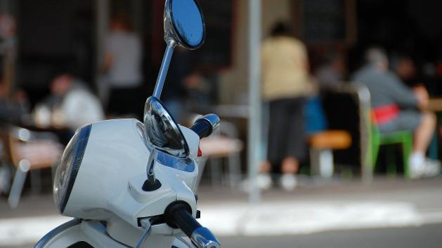 Lenker eines weißen Motorrollers